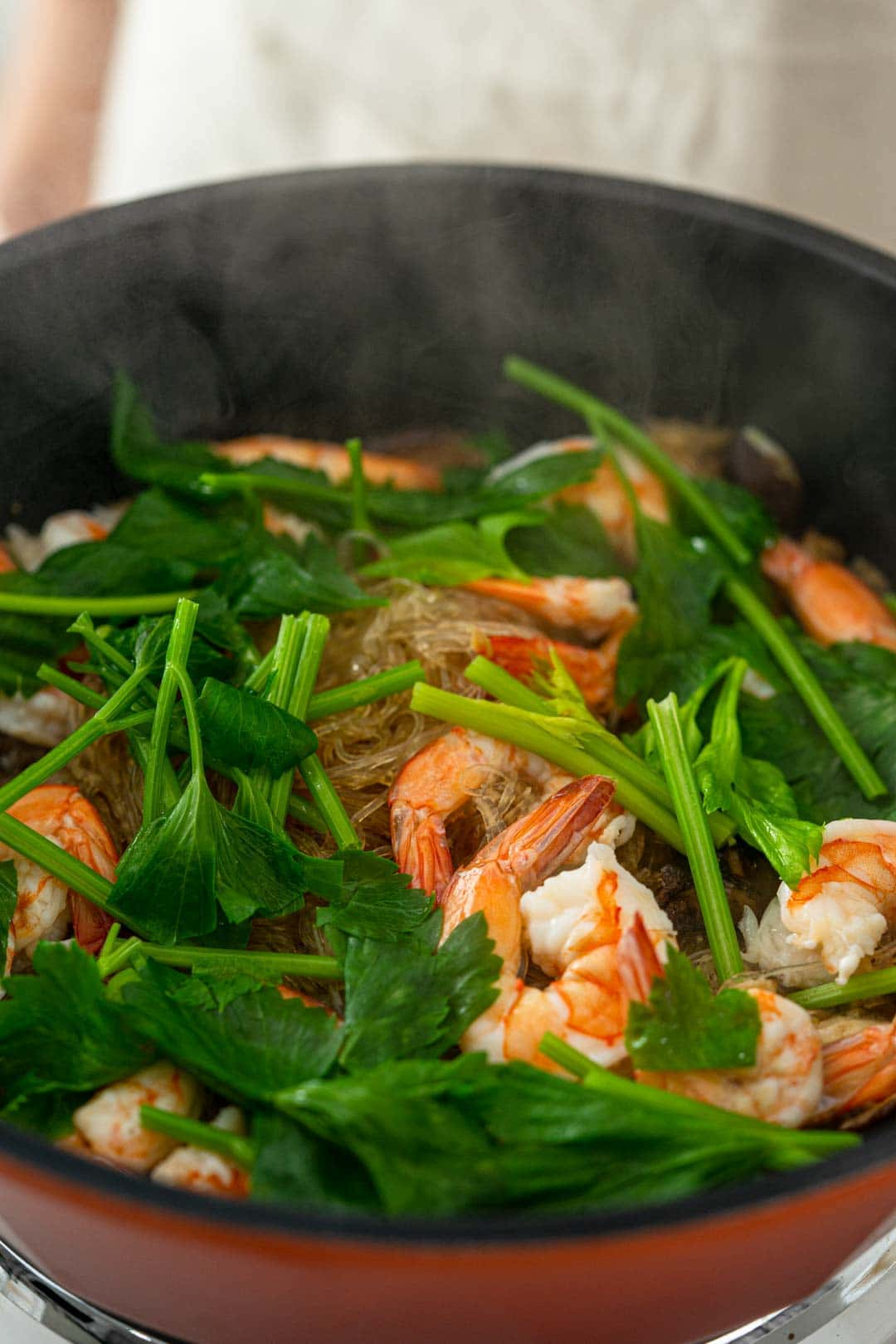 Goong ob woonsen being cooked in a pan